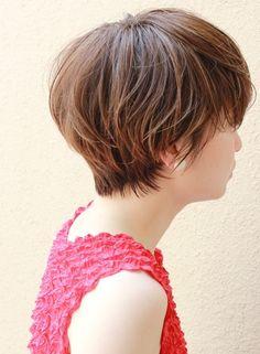前髪を奥から作ることによってシルエットが綺麗なショートボブになります。カラー、パーマ、細かい長さなどは要相談で。 お客様一人一人の骨格や生えグセを見ながら、バランスが良くて、スタイリングのしやすいカットを心がけているので、ショートで悩んでる方は是非お越しください!