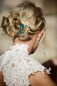 Peinado de novia: trenza con moño bajo y florecitas verdes