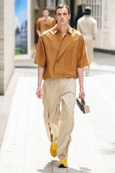 Chalayan Spring 2020 Menswear Fashion Show : Chalayan Spring 2020 Menswear Collection - Vogue The complete Chalayan Spring 2020 Menswear fashion show now on Vogue Runway. Fashion Trends 2018, Fashion 2020, Mens Fashion, Fashion Outfits, Vogue Fashion, Suit Fashion, Fall Outfits, Casual Outfits, Style Casual
