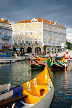 Embarcaciones típicas en canales de agua en Aveiro, Portugal