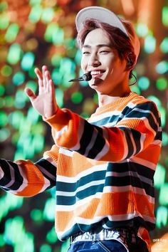 Onew's smile is def one of the best in all of kpop like look at him it's so sweet and calming and everything nice all at once. Just lovely Dubu *-* Onew Jonghyun, Lee Taemin, Minho, Shinee Members, Shinee Debut, Dream Concert, Lee Jinki, Kim Kibum, K Idols