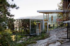 Working with members of his studio, Maurer decided to tuck the addition into the rocky slope and to create a low-profile building that did not obstruct the view. Architecture Site Plan, Architecture Photo, British Columbia, Structural Insulated Panels, Journal Du Design, Suburban House, Forest House, Farm House, Canada