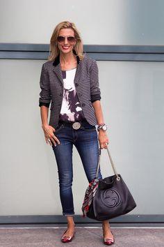 vestindo uma jaqueta com jeans |  40plusstyle.com