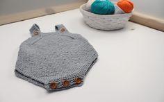 Peto para bebé de algodón – Patrón gratuito Knitting For Kids, Baby Knitting Patterns, Hand Knitting, Knitted Baby Clothes, Knitted Hats, Tricot Baby, Baby Coat, Baby Hands, Crochet Projects