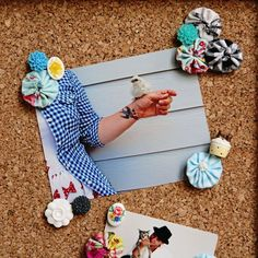 These Shabby Chic Push Pins are a fun, artsy way to spruce up an office. Whether you use your corkboard as decoration or for everyday use, these DIY push pins will add a little flair and energy to the space. Diy Craft Projects, Sewing Projects, Diy Crafts, Craft Ideas, Sewing Ideas, Felt Fabric, Fabric Scraps, Free Sewing, Shabby Chic Decor