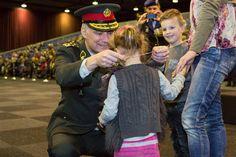 De kinderen kregen het speciale medaillon. Foto: Ministerie van Defensie