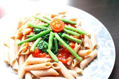 Dinkel Pasta mit Spinat-Tomatensauce