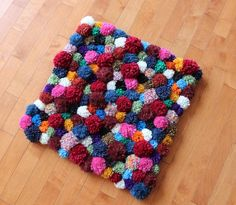 DIY: pompom rug...would like to make one sometime in my spare time(hahahaha), it may not be til C is in college but i hope it will happen :)