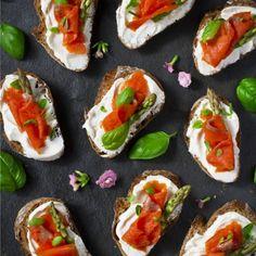 Ευχαριστούμε πολύ την Κλινική Διαιτολόγο- Διατροφολόγο,Δήμητρα Γλυνού. 1) Μελιτζάνα γεμιστή με πλιγούρι και κατίκι Προετοιμασία: Ανοίγουμε στην μέση μια μεγάλη μελιτζάνα και αδειάζουμε το εσωτερικό της. Στην συνέχεια σε ένα μπολ Caprese Salad, Bruschetta, Healthy Choices, Sushi, Healthy Eating, Diet, Meals, Cooking, Ethnic Recipes