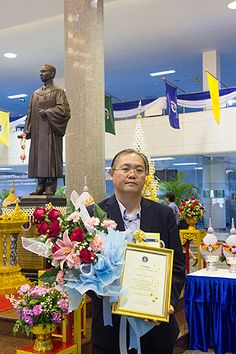 """บุคลากรงานสารสนเทศและห้องสมุดสตางค์ มงคลสุข เข้ารับรางวัลและเข็มมหาวิทยาลัย ในงาน """"46 ปี วันพระราชทานนาม 127 ปี มหาวิทยาลัยมหิดล"""" วันที่ 2 มีนาคม 2558 ณ สำนักงานอธิการบดี มหาวิทยาลัยมหิดล (คุณอภิชัย อารยะเจริญชัย (บรรณารักษ์) รับรางวัลพนักงานมหาวิทยาลัยดีเด่น ระดับส่วนงาน ประจำปี 2557)"""
