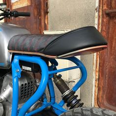 How to turn a skateboard into a motorcycle seat with integrated taillight and turnsignals 🤟 1992 BMW blue . Custom Cafe Racer, Bmw Cafe Racer, Cafe Racers, Vintage Motorcycles, Custom Motorcycles, Custom Bikes, Dominator Scrambler, Cb350, Moto Cafe