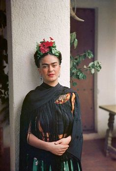 "A ""prettier"" adaptation of Frida Kahlo's self-portrait has been circulating the internet. Frida's iconic look has been appropriated ever s… Diego Rivera, Frida E Diego, Frida Art, Tanz Poster, Art Espagnole, Karneval Diy, Nickolas Muray, Mexican Artists, Portraits"