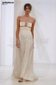 Abito con decorazione gioiello sul seno e dalla linea morbida: ti piace questo modello? Sfoglia tutta la collezione... >> http://www.lemienozze.it/gallerie/foto-abiti-da-sposa/img28060.html