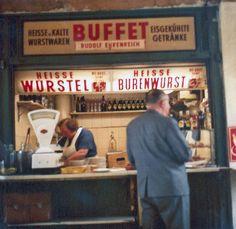Naschmarkt Würstelstand in Vienna, 1960s. // Zeitlos: Würstlstände in Wien. Hier ein ehemaliger Familienbetrieb am Naschmarkt Ende der 1960er (© Rudolf Ehrenreich Privatarchiv)