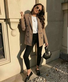 Look Blazer + T-shirt Casual Work Outfits, Mode Outfits, Fashion Outfits, Casual Work Outfit Winter, Casual Summer, Casual Fall, Blazer Outfits For Women, Work Attire, T Shirt Outfits