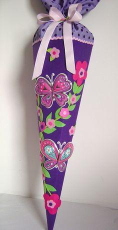 Wunderschöne Schultüte Schmetterlinge Aus lila Filz, mit zwei Schmetterlingen mit Glitzer auf den Flügeln und einer Blumenranke. Der Stoff- Verschluss in lila mit lila Punkten ist mit...