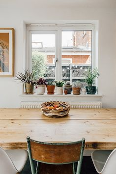 Wooden kitchen table top and planters on window sill Kitchen Table Makeover, Home Decor Kitchen, Kitchen Furniture, Pallet Furniture, Furniture Design, Plants On Window Sill, Kitchen Window Sill, Window Ledge Decor, Window Table
