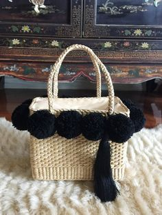 64 ideas basket bag pom pom for 2019 Shoe Basket, Basket Bag, Woven Beach Bags, 25th Birthday Parties, Baskets For Men, Craft Day, Straw Tote, Textiles, Crochet Bags