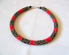 Bead crochet necklace in red and black with geometric door lutita