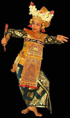 BALINESE DANCER.....NI MADE PUJAWATI....DANCING THE RÔLE OF THE LEGONG KUNTUL......ON BALINESEDANCE......BING IMAGES.......