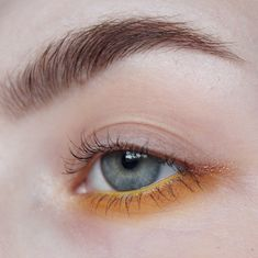 @wetnwildsverige Brow Kit in Ash Brown. @maxfactorsweden Clear Brow Mascara. BASESHADOW: @miyo_makeup Eyeshfow in Vanilla. EYES: @nyxcosmeticsnordics Brights Palette, the yellow. @urbandecaycosmetics Kaleidoscope Dream, shade Corona. @lindahallbergcosmetics Mood Crayon in Happy. @vivaladivacosmetics