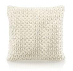 Mömax Ez a stílusos díszpárna a kényelem szigetévé varázsolja kanapédat. A kb. 45x45 cm-es ,100% poliészter párna kötött mintázatú, különféle tavaszias színekben kapható. Max. 30°C-on mosógépben mosható, vasalást nem igényel. Teremts környezetet a jó érzésnek otthonodban ezzel a csodálatos díszpárnával!