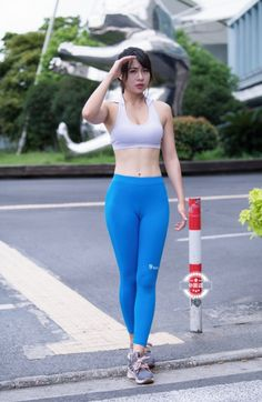 Womens Style Discover We find the best yoga pants for you based on fashion trends and fashionable womens preferences. Finally we provide tips and tricks for wearing yoga pants outside so you can maintain a sexy look. Hot Japanese Girls, Beautiful Japanese Girl, Beautiful Asian Women, Yoga Pants Girls, Girls In Leggings, Sporty Outfits, Mode Outfits, Stylish Outfits, Cute Asian Girls