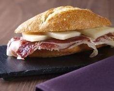 (Bocadillos au jambon et fromage espagnol): Mini sandwich avec une ficelle frotter à l'ail, huile d'o et tomate + jambon serrano et comté