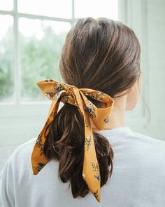 Darling Draped Bow Scrunchie The post Darling Draped Bow Scrunchie appeared first on Geflochtene Frisuren. Scarf Hairstyles, Cool Hairstyles, Brunette Hairstyles, Teenage Hairstyles, Elegant Hairstyles, Summer Hairstyles, Vintage Hairstyles, Natural Hairstyles, Long Wavy Hair