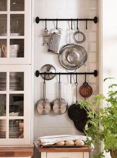 Bekijk de foto van Tamara met als titel Handige opbergplek voor pannen en keukengerei. Ook voor wie dol is op koken, maar slechts beschikt over een compacte keuken is er een slimme oplossing. hang je kookgerei met stangen en haken aan de wand. Zo bespaar je ruimte en hangt tijdens het koken alles binnen handbereik Ikea en andere inspirerende plaatjes op Welke.nl.