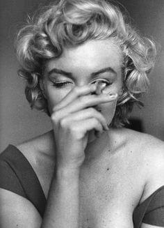 M. M. Marylin Monroe, Marilyn Monroe Smoking, Marilyn Monroe Fotos, Party Fotos, Jock, Photos Rares, People Smoking, Smoking Weed, Norma Jeane