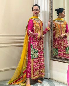 Such a stunning colour combination 😍 Shadi Dresses, Pakistani Formal Dresses, Nikkah Dress, Pakistani Dress Design, Indian Dresses, Pakistani Mehndi Dress, Dulhan Dress, Pakistani Couture, Pakistani Fashion Party Wear