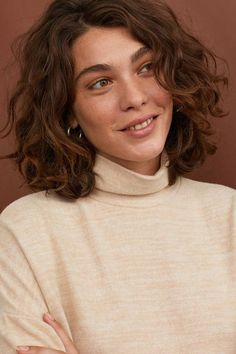 krullend haar Rollkragen Top - Beige m - Sarah Bohm Shaved Side Hairstyles, Long Face Hairstyles, Trending Hairstyles, Headband Hairstyles, Short Curly Haircuts, Natural Hairstyles, Perm Hairstyles, Hair Updo, Quince Hairstyles