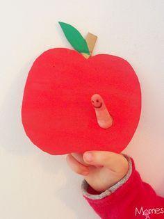 Un bricolage très simple pour les enfants dès 2-3 ans qui les fera sourire à coup sûr ! Une pomme en carton et son pote le ver de terre marionnette doigts ! Un bricolage idéal pour les enfants de maternelle, à combiner avec des comptines ou pour inventer des histoires !