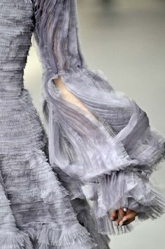 Sleeve Detail from a Spectacular Grey, Couture, Alexander McQueen Dress Couture Details, Fashion Details, Look Fashion, Fashion Art, Fashion Design, Queen Fashion, Purple Fashion, Fashion Shoes, Non Plus Ultra