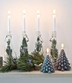 So funktioniert der Look »Nordische Weihnachten«: Adventskranz mal anders! Einfach vier Windlichter oder hübsche Flaschen mit Zweigen und je einer Kerze dekorieren. Fertig ist ein einzigartiger und wunderschöner Adventskranz!  // Weihnachten Weihnachtsdekoration Advent Deko Tischdekoration Winter Adventskranz Skandinavisch Ideen  #Weihnachten #Weihnachtsdekoration #Advent #Adventskranz #Deko