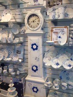 Set i en butik. Royal Copenhagen, Copenhagen Denmark, Eclectic Tea Sets, White Clocks, Chinoiserie Chic, Blue And White China, Ceramic Flowers, China Patterns, Danish Design