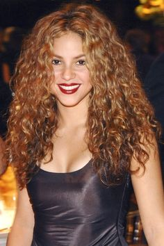 The 30 Best Hairstyles for Curly Hair Shakira goes with her natural curl. Fringe Haircut, Fringe Hairstyles, Hairstyles With Bangs, Cool Hairstyles, Hairstyle Ideas, Hairstyles Pictures, Curly Hair With Bangs, Curly Hair Styles, Frizzy Hair