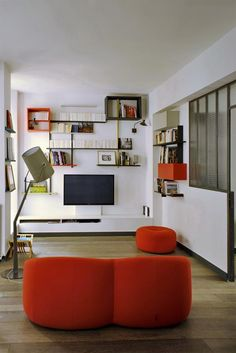 Modern style living room with an orange couch | Salon au style moderne avec un canapé orange