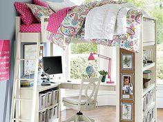 Kinderzimmer mit Hochbett Schreibtisch und Regale