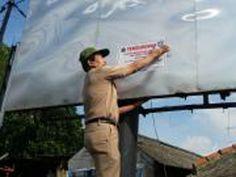Kegiatan pemasangan stiker oleh Unit Pelayanan Pajak Daerah Kramat Jati