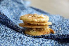 En af mine yndlingsjulesmåkager er de små sprøde jødekager med kanelsukker og mandelflager. De er farligt gode og I får opskriften her