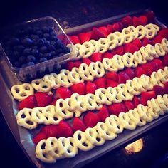 Frugal and Fun of July Idea. Flag Party Platter with White Chocolate (or yogurt!) Pretzels With Strawberries and Blueberries. Easy Memorial Day and of July party idea. 4. Juli Party, 4th Of July Party, July 4th, Fourth Of July Food, 4th Of July Food Sides, 4th Of July Ideas, Holiday Treats, Holiday Parties, Holiday Recipes