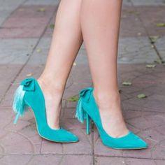 Pantofi stiletto verzi cu franjuri. Exteriorul este realizat din catifea. Dimensiunea tocului este de 12 cm Stiletto Heels, Pumps, Shoes, Fashion, Moda, Zapatos, Shoes Outlet, Fashion Styles, Pumps Heels