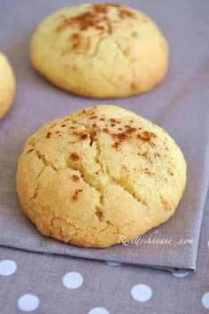 Ghoribas Bahla pour une vingtaine de biscuits : •250g de farine •1 sachet de levure chimique •50g de sucre glace •8cl d'huile et 80g de beurre fondu •2 cuil. à soupe de graines de sésame •une pincée de sel  Dans un grand bol, mettre la farine, la levure, le sucre, les graines de sésame et une pincée de sel.  Ajouter l'huile et le beurre fondu puis mélanger, on obtient une pâte sablée et friable  Placer la pâte sous film alimentaire au frais pendant au moins une heure  Former des boules et…