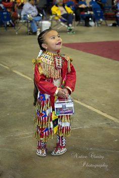 Photographer Clarissa Friday with Native Clarity Photography was out at the Hunting Moon Pow Wow in Milwaukee, WI back in October and beautifully captured the spirit of the event. I know you'll love these portraits and other candid moments. Native American Children, Native American Pictures, Native American Regalia, Native American History, American Symbols, Native Child, Powwow Regalia, Jingle Dress, Indian People