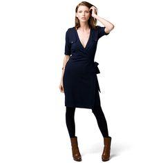 Optez pour le chic sans effort avec cette robe portefeuille en jersey. Col de chemise avec intérieur contrastant, rehaussé d'une bande. Taille ceinturée pour un ajustement personnalisé. Manches 3/4, épaulettes et poches poitrine boutonnées. Drapeau Hilfiger sur l'ourlet. Réalisée en mélange de rayonne douce et élastique. Notre mannequin mesure 1,76 m et porte une robe Tommy Hilfiger en taille S. Un style qui vous ira à la perfection.