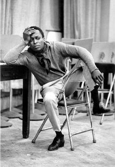 L'icône Miles Davis reste classique en pull et pantalon kaki.