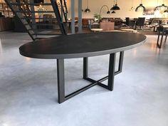 Ovale tafel met zwart onderstel en tafelblad #black #ovaletafel #tabledusud #stoer