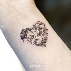 """좋아요 117개, 댓글 3개 - Instagram의 베리 / tattooer / 전주타투(@bery_forestink)님: """" @wt_forest - 심플하면서도 하트모양에 꽃과 잎사귀가 가득차 잇어서 미니타투인데도 풍성한 느낌이 드는 작업이었어요☺️ - 작업문의 카톡 Berytattoo"""""""